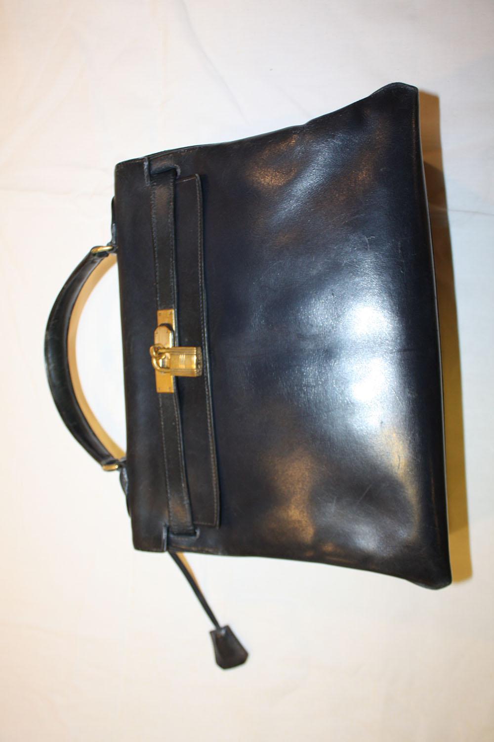HERMES- Sac modèle Kelly en box noir, 35 cm, accastillage en métal doré,  clefs, cadenas et clochette. Etat d usage. 73c6aaf65d9