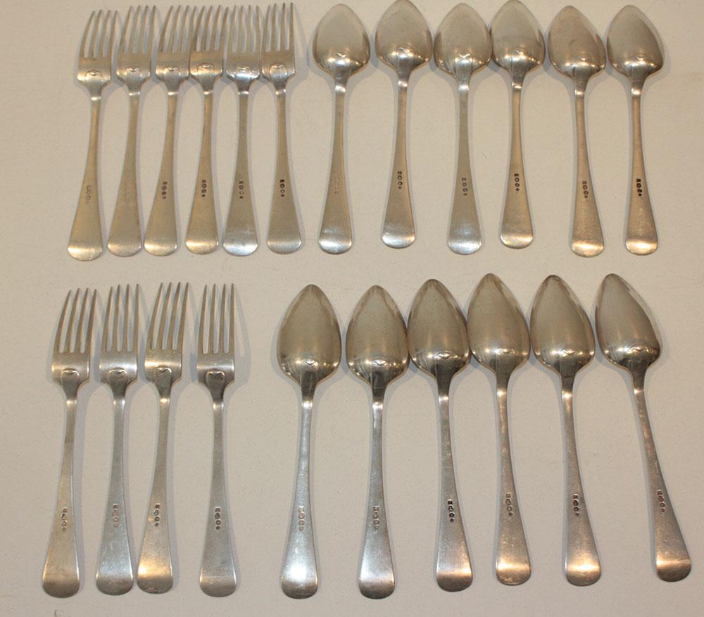 ensemble comprenant dix fourchettes et douze cuillères en argent