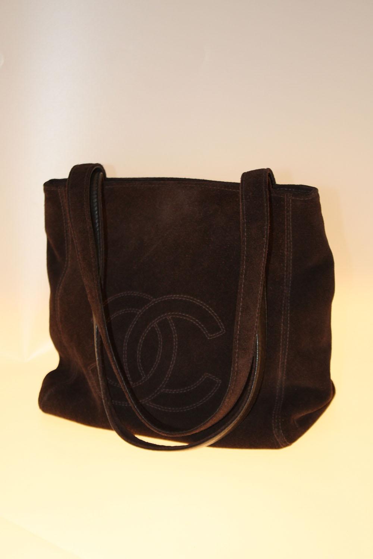 CHANEL Sac cabas en daim marron orné du double C de la marque Carte  certificat à l intérieur - Carvajal 2afe4650733b